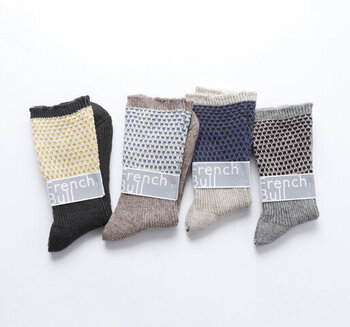 ベースは麻、柄部分は綿素材で編み立てた2wayソックスです。履き口を折り返すと、また違った印象に。あれこれ考えずとも簡単にこなれ感のある足元を作れます。スニーカーはもちろん、レースアップシューズやローファーとも好相性です。