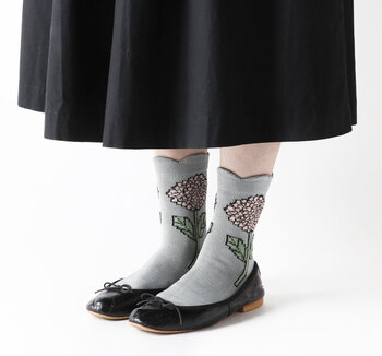 大きなダリアが印象的な1足。カラーはダークグリーン・ブラック・ブルーグレーの3色展開。どの色もレトロな着こなしを支え、今年らしい足元へと導いてくれます。