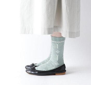 アンティークの陶板をイメージして作られた1足。さりげないラメ糸がアクセントに。カラーはトレンドのダークミント、メリハリが効くブラック、遊び心を加えられるレモンの3色展開です。
