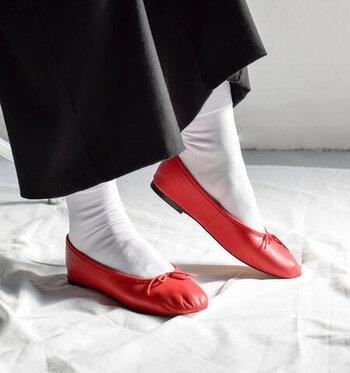 レトロな着こなしや、大人ガーリーな1枚と相性よくマッチするバレエシューズ。特に赤のバレエシューズは、白ソックスと相思相愛です。シューズを引き立てたい場合は、シンプルなデザインを選びましょう。