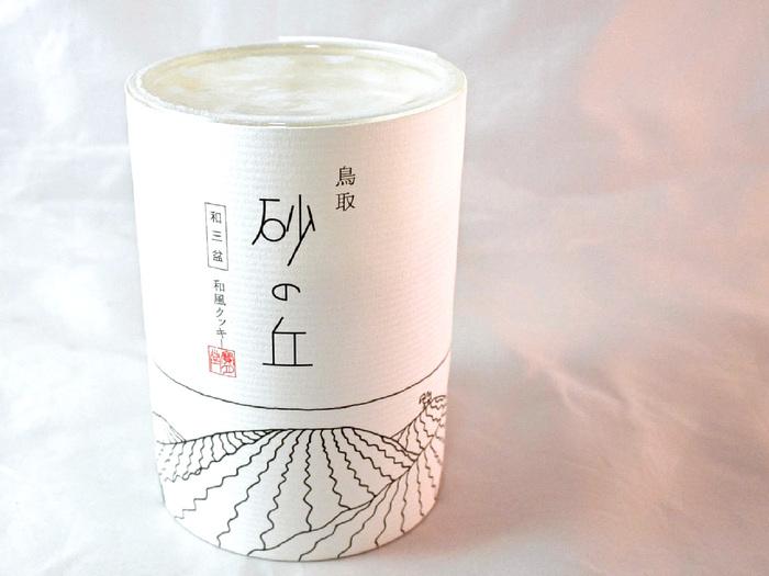 創業明治35年、老舗の和菓子店「宝月堂」から販売されている「砂の丘」は、お土産にぴったりなお洒落なパッケージがポイント!
