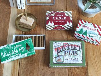 クリスマス・ツリーを燃やした際の香りに魅了されたペイン兄弟が、その香りを再現したのがきっかけで生まれたという「Paine Products(ペインプロダクツ)」。別名「マツの木の州」とも言われているアメリカのメイン州で1931年に創業し、現在の創業家へと製造が渡ってからも変わらず、純粋なメイン州で育ったバルサムの香りを作り続けています。可愛らしいイラストが描かれたボックスに入っているので贈り物にも喜ばれそう。
