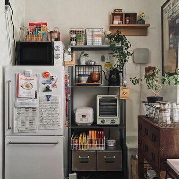 棚の中だけでなく、上にもかごを置いて収納することでスペースが活用できます。カラフルな食料品のストックも、ワイヤーバスケットに入れることで統一感を出しつつチャーミングに。