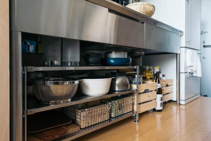ステンレスのオープンシェルフに、ステンレスのワイヤーバスケットを組み合わせて使用。フライパンやざるなど金属製の調理器具も一緒に並べることで、無機質でおしゃれな印象にまとまります。
