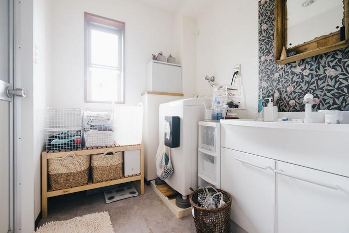 部屋着や着替えの一時置き場としてもおすすめ。深さのあるものを1つ使うより、スタッキングできるタイプを重ねて使うとごちゃごちゃしません。