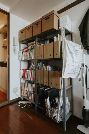 IKEAのオープンシェルフにワイヤーバスケットを組み合わせて収納。雑多なのに、その雑多さすらおしゃれに見えます!肩の力が抜けている感じがいいですね。