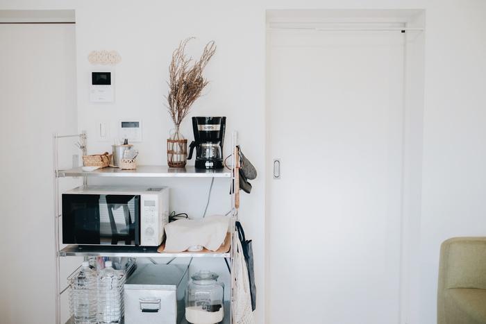生活感の出やすい家電の棚にも、ステンレスのバスケットを合わせてすっきり見せて。重いものを入れるのにも向いているので、2Lのペットボトルストックの収納にもおすすめです。