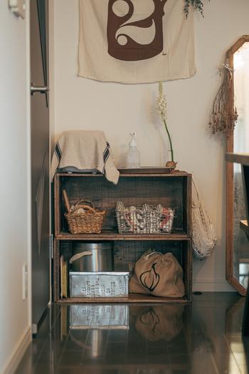 無骨なイメージのあるアイアンのかごは、アンティーク家具や古道具と組み合わせると印象がやわらぎます。余白を意識してディスプレイすれば、ヨーロッパの雑貨屋さんのようなオープン収納スペースに。
