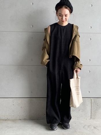 程よく光沢のあるコーデュロイ生地の黒サロペット。クルーネックタイプでノースリーブのように1枚で着用できるので、ジャケットを羽織れば、気温差のある秋にぴったりのスタイリングになります。ニット帽をかぶってより季節感を出して。