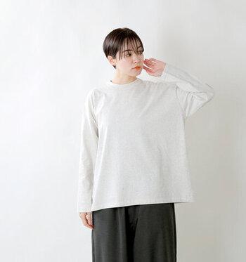 ロングベストとコーデしやすいのは、シンプルなロングスリーブのTシャツ。どんなデザインのベストとも相性が良く、インナーを着たりアウターを羽織ったりと気温の変化にも柔軟に対応できます。
