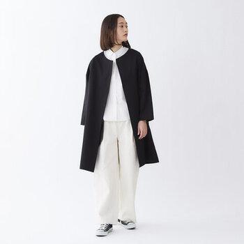 一方、ハリのあるコットンのコートは羽織るだけで上品な装いに。黒×白のシンプルコーデも大人っぽく見えます。
