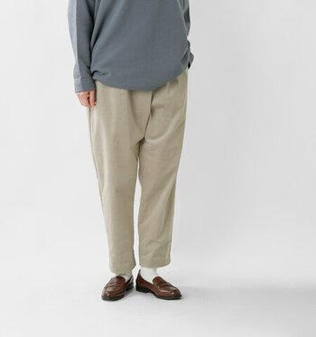 ノーカラーのアウターは上半身がすっきりして見えるので、ゆったりシルエットのパンツがバランスよく映えます。コーデュロイなどの秋冬素材なら、寒さが本格的になってからも着回しが利きますよ。