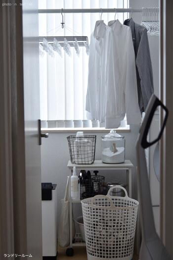 洗剤やアイロンなど、ランドリールーム内のアイテムをワイヤーバスケットに入れて収納。ついつい面倒に感じる家事だからこそ、自分のテンションを上げる演出で気分を高めて。