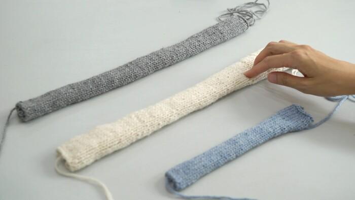 A糸、B糸で24目106段のメリヤス編みをしてパーツを2つ作り、C糸で18目60段のメリヤス編みをしてパーツを1つ作ります。A糸、B糸は完成時に額上にくる部分で、C糸は頭の後ろにくる部分です。 ※C糸のパーツは、伏せどめのときに糸を長めに残して切るのがポイントです。