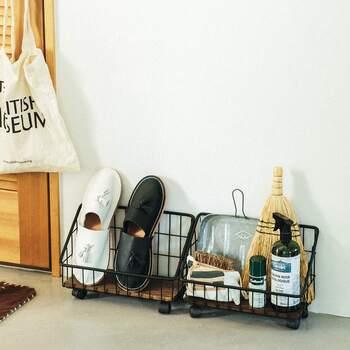 玄関掃除に使う小ぶりなほうきやちりとり、靴のケア用品などをワイヤーバスケットにまとめて。インテリアの一部になるよう、見た目のかわいさも重視して選ぶと掃除やお手入れが楽しくなります。