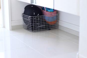 金属素材のワイヤーバスケットなら、玄関の床に直置きでも気になりません。自転車用品や子供の外遊びグッズなど、汚れやすいものの収納にもおすすめです。