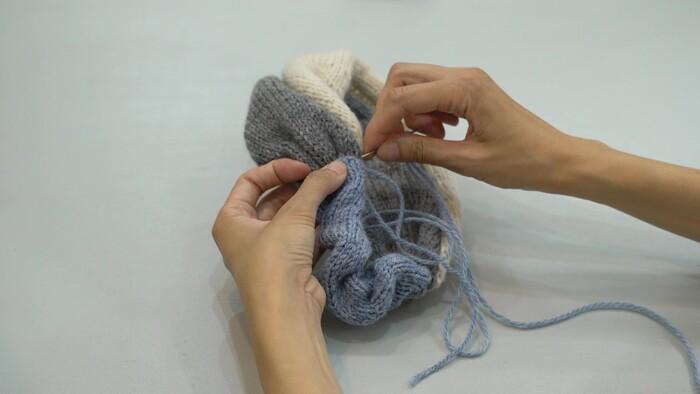 ① ヘアバンドの本体をすくい閉じしたパーツに入れる ② 本体に巻きかがりでとめる ③ 中に針を通して糸を引っ張る ④ 糸を切る ⑤ 反対側も同じように巻きかがりする