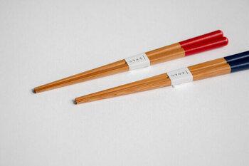 サイズ展開:16cm 18cm 全5色  日本で1番太い竹で作られた、軽くて丈夫な子ども用お箸。丸みのある持ち手部分は握りやすく、四角い箸先はものをつかみやすくなっています。