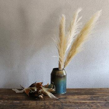 「おばけススキ」と少しとぼけた別名を持つパンパスグラス。ふわふわの質感は愛らしく穏やかな気持ちにさせてくれます。2〜3本、ボリュームを持たせた飾り方が素敵ですよ。
