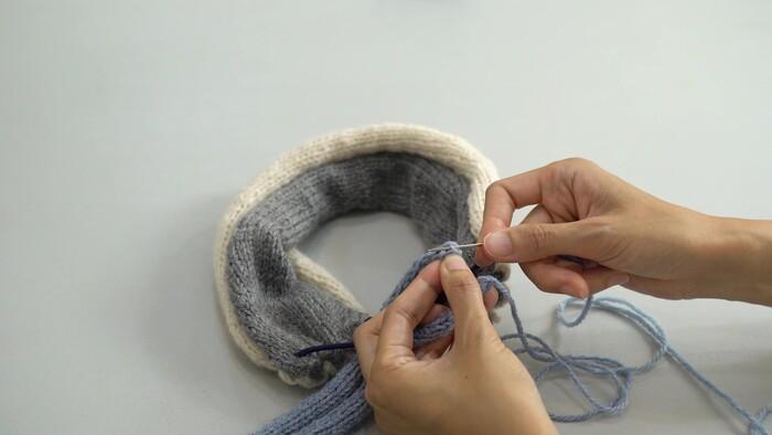 C糸で作ったパーツでゴムを包んでいきます。  ① とじ針に糸を通す ② 1目めと2目めの間の横に渡った糸をすくってとじる