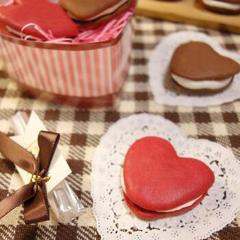 アイシングとクッキー型で作るハートのウーピーパイは、ファンタジックで乙女心をくすぐるかわいさです。プレゼントとしても喜ばれること間違いなし♪