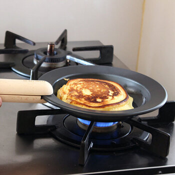 鉄のフライパンで作ると、お肉をジューシーに焼くことができたり、野菜炒めもシャキシャキの食感をキープしたり、外はサクッ、中はフワフワのパンケーキが焼けたりと、いつもの料理がより美味しく仕上がります。そのままお皿として使用すれば、鉄製品ならではの料理が冷めにくい状態で食べることができます。