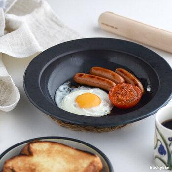 M:直径20×深さ3.6cmは、夕食のハンバーグやステーキなどのメインや、目玉焼きにソーセージに野菜を添えてモーニングセットにしたり、2~3人前の調理にも便利に使えます。お休みの日の朝、作りたてのパンケーキなどを食卓に出して、おしゃれなカフェモーニングを演出するのも素敵。