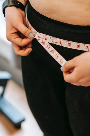 お腹周りをすっきりさせよう!ぽっこりお腹解消エクササイズ&グッズ