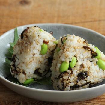 麦ご飯に塩昆布や枝豆を混ぜて握った、栄養満点なおにぎり。もちもちしたご飯と枝豆は歯ごたえも満腹感もあり、忙しい朝にもぴったりです。