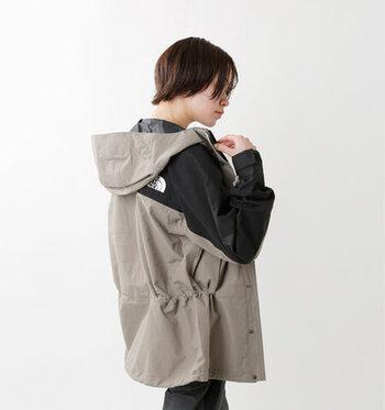 スクープジャケットよりもさらに強度が高いゴアテックス2重構造を採用したマウンテンライトジャケット。首もとのボタンを止めると首をすっぽり覆う高さになり、中にインナーを着込めば、しっかり防寒も可能。薄手なので、軽い羽織りものとしても使えて、汎用性が高いアイテムです。