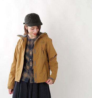 スクープジャケットは、「ノースフェイス」の定番であり人気のアウター。防水透湿性に優れた素材は雨風を防ぎ、また放熱性にも優れたデザイン。年中着まわしてもへこたれず、長く着られます。すっきりとしたフォルムなので、スカートやワンピースに羽織ってもバランスよく収まって、いろんなコーデを楽します。