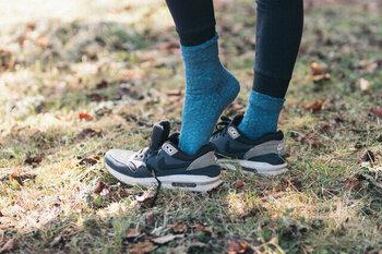 よく歩く人にとって気になるのは、靴下のずれやムレ。フィット感や程よい厚み、消臭素材、機能面が充実した靴下は一度慣れるとなかなか手放せません。こちらは足指の動きが楽な足袋型デザイン。カラーはやや渋みのあるブルーの他、ベーシックな白、黒も揃っています。