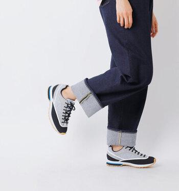 大雨の日はレインシューズに決められるけど、小雨やこれから天気が変わりそうというときは、靴選びが悩ましい。そんなとき、心強いのはトレッキングシューズ。スポーティーすぎずおしゃれな配色&デザインなら、日常着に合わせやすく、パンツはもちろん、スカートやワンピースともバランスよく着こなせます。