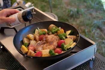 収納が楽チンなので、持ち運びも簡単。アウトドアにも気軽に持参することができます。深めのフライパンなら、鍋の代わりに調理できるので、これまで作ったことがないアウトドアレシピにも気軽にチャレンジできそう。