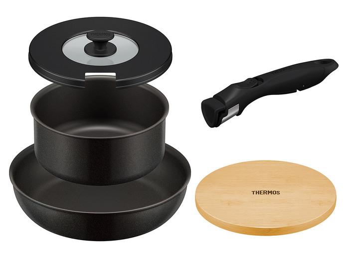 サーモスの「取っ手のとれるフライパン」の便利な5点セット。直径24cmで深型で使いやすいフライパンと直径18cmの煮込みに便利な鍋、そのどちらにも付けられる取っ手、テーブルに出したときに活躍してくれるオシャレな木製プレートの5点セットです。