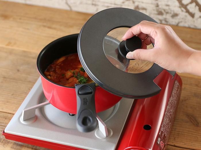 カラーも落ち着きのあるブラックの他、キュートで華やかなレッドもあり、インテリアにあわせて選べます。鍋には中が見える専用フタも付いているので、調理中も便利。