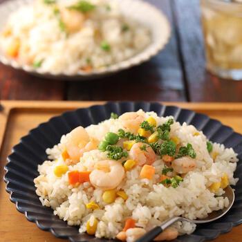 炊飯器でできる簡単もち麦入りピラフ。お米を洗っていつも通りの目盛りの水加減に合わせ、もち麦やコンソメ、白ワイン、炒めたエビなどを入れて炊くだけで出来上がりです。もち麦が入ることでごはんもパラパラになるので作りやすい。