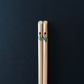 サイズ展開:19.5㎝のみ(大人用あり) 全1色  お花のワンポイントがかわいらしい、竹製の子ども用お箸。軽くて強いうえに、速乾性もあります。ななめにカットされた箸頭がおしゃれ。