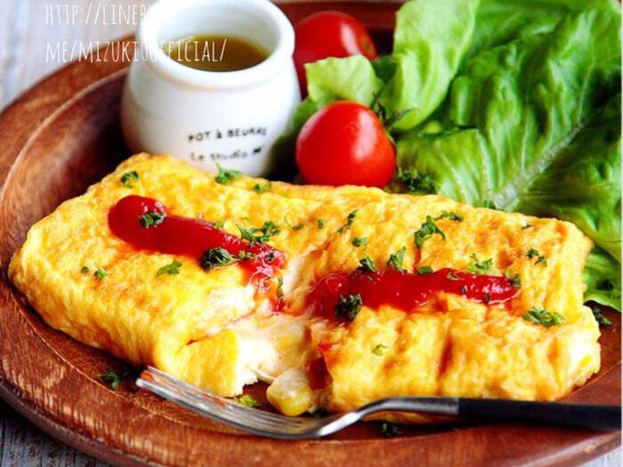 いつもの卵焼きを焼く工程と同じ要領でお手軽に作れるオムレツ。コーンとチーズでボリューム感が増し、パンにもご飯にも合うおかずが完成します。