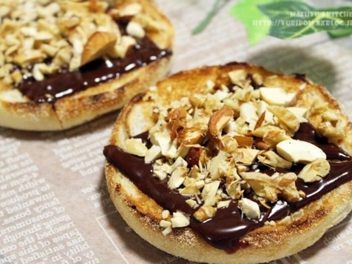 モチっとしたイングリッシュマフィンは、何を挟んで食べようかな、と迷うところ。あえてオープンサンドにするのもアリ。チョコレートで朝の糖分補給もバッチリです。