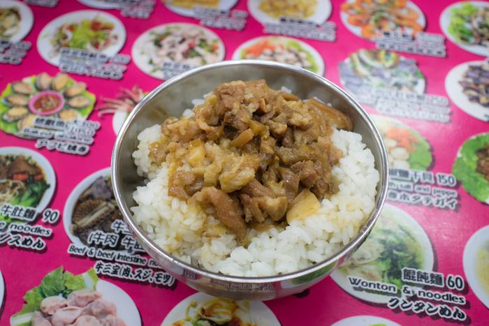 こちらは夜市で人気のソウルフード「魯肉飯(ルーローハン)」。賽の目に切った豚肉や野菜を甘辛く煮込んで、煮汁と一緒ご飯に混ぜ込んで食べるもの。とろとろの豚肉がたまらない美味しさです!