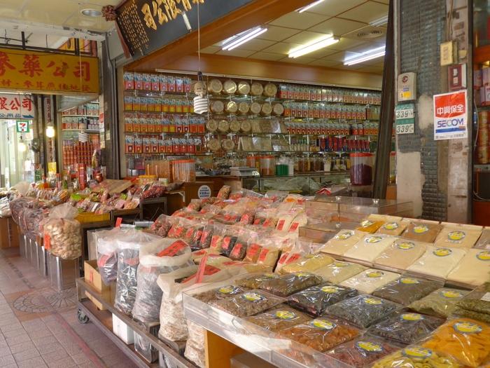 通りには台湾食材、乾物、漢方薬、工芸品などありとあらゆる問屋が連なっていて、歩いて眺めているだけで見ごたえがあります。夜市に続き台湾らしさを感じるおすすめスポットです。
