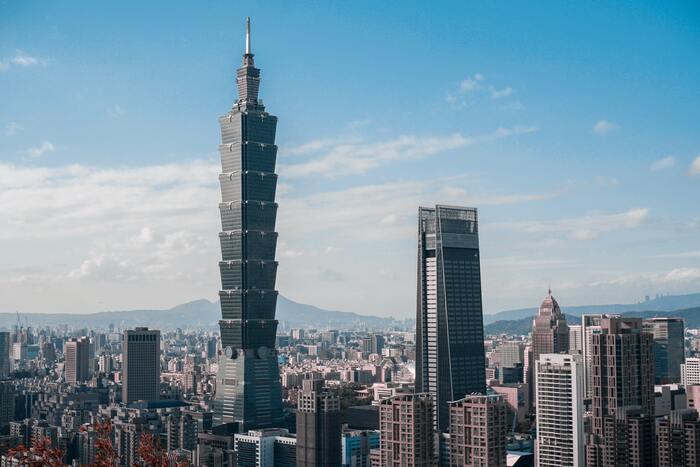 夜市や迪化街から一転し、こちらは台北のランドマークであるショッピングモール「台北101」。ここに行けば台湾のお土産や美味しいご飯がたくさん揃います。高級感のある広い店内と、展望台があるこの超高層ビルは台湾の最先端を楽しむことができます。