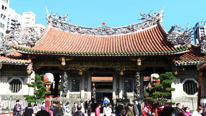 ここは台北を代表する歴史的名所のひとつ「龍山寺」。最強パワースポットとしても有名です。夜行くと龍山寺の装飾がライトアップされとっても綺麗です。台湾ならではの華やかな建築を堪能できるスポットです。