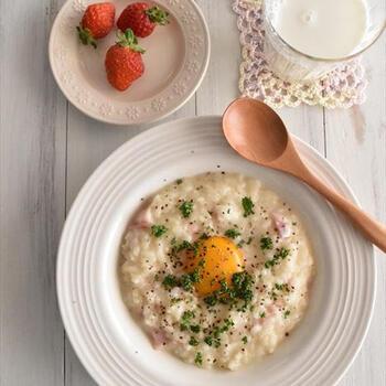 余った冷やご飯で作れるリゾット。優しい味のミルクリゾットも、卵でコクがアップ♪朝からほっこり温まりそうです。