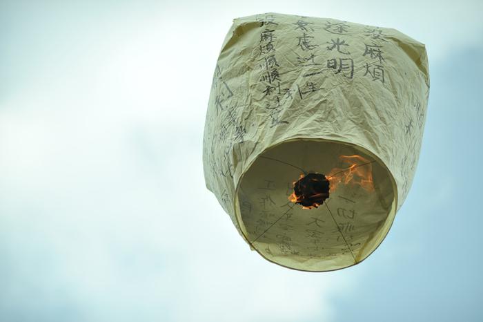 ここで観光客に人気なのが写真のランタン飛ばし。購入したランタンに願い事を書いて空高く飛ばすと願いが叶うと言われています。ランタンがゆっくり飛んでいくさまは見ごたえがありますよ!