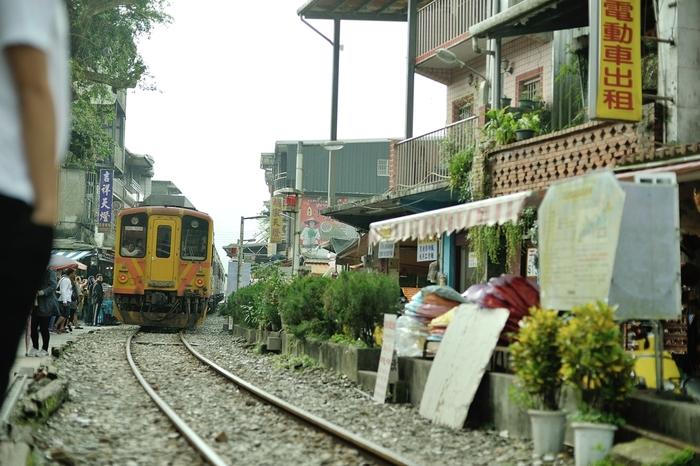 台北から車で1時間、小さな山間の町「十分(シーフェン)」。商店街の真ん中に線路が走っている不思議な町並みが特徴です。