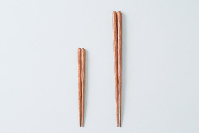 サイズ展開:15㎝のみ(大人用あり) 全1色  桜の木で作られた子供用お箸。ほどよい凹凸がある持ち手部分は、握りやすく、手仕事のぬくもりが感じられます。安心・安全にこだわったオイル塗装もポイント。