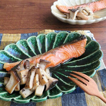朝食にオススメな定番の焼き魚の鮭も、ちょっとのアレンジで別の顔に変身。バジルの香りが、きのこにも合います。
