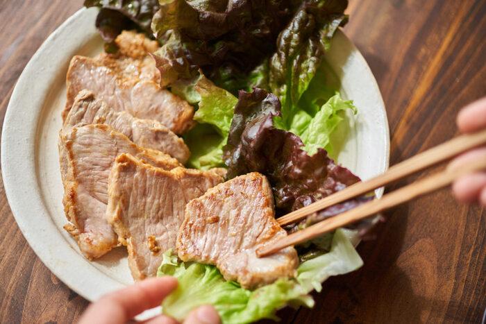 豚肉を甘めの味噌に漬けて焼いたお手軽メニューです。2日間漬け込むことで、味がしっかり付いて美味しさアップ!ご飯との相性も抜群です。写真のように、サンチュに巻いて食べても◎